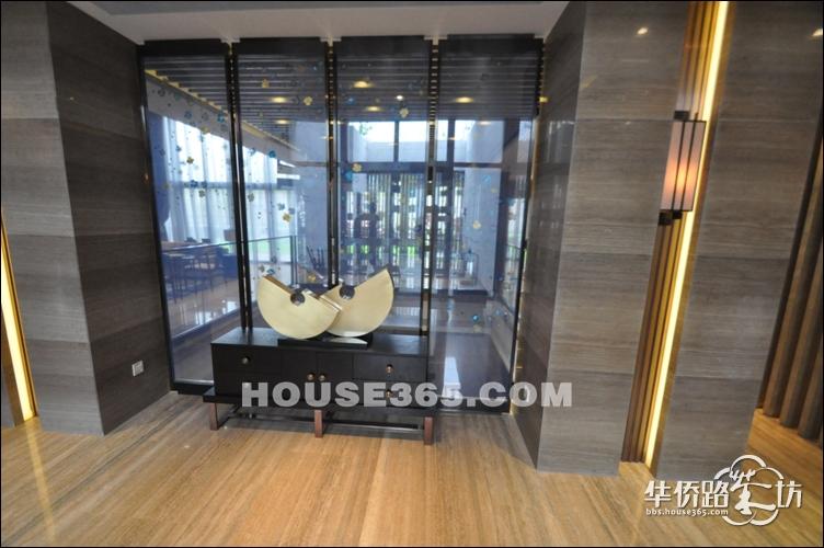 8米挑高客厅,右手边是餐厅和二楼楼梯